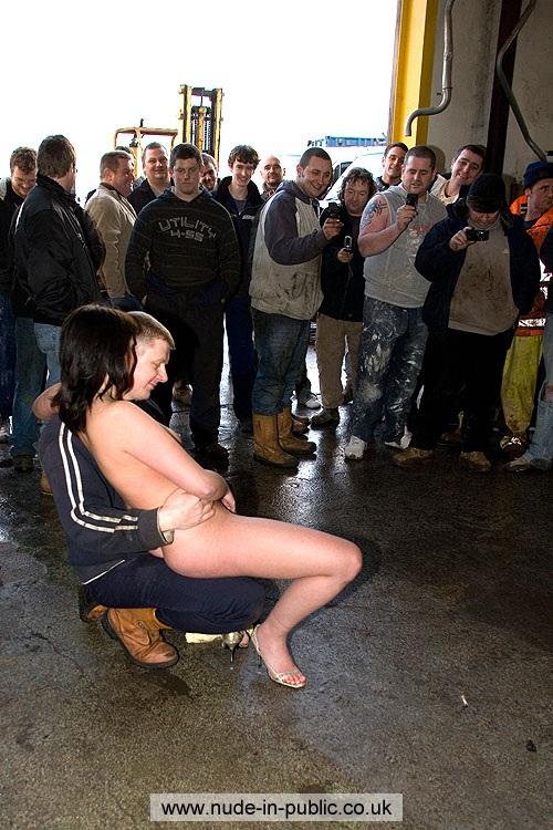 Голую девушку носадили на колено одному из парней и раздвинули её ноги - де